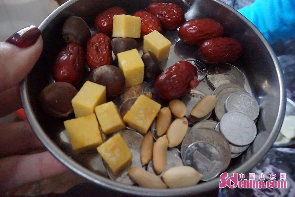 <br/><br/>  红枣、栗子、年糕、花生&amp;hellip;&amp;hellip;这些平常的干果在除夕这天被赋予了满满的含义。八个红枣、八个栗子、八块年糕、八粒花生,还有一堆象征着财富的硬币,满满的馅料包进了圆圆的饺子皮里,祝福着新的一年福气满满。<br/>