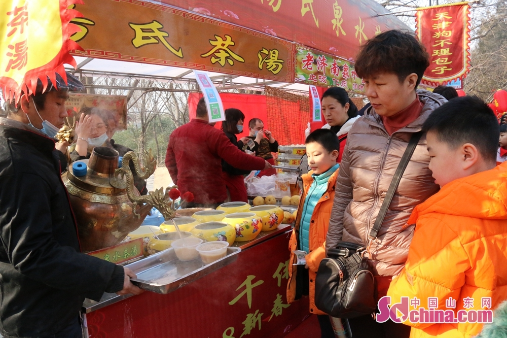 <br/>  特色小吃、各色美食作为庙会传统必不可少,游客逛吃逛吃游兴愈浓。
