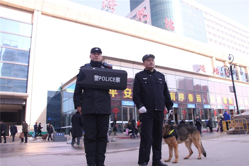 <br/>  2月1日,2018年春运首日,在济南火车站广场上,四只警犬成了广场上的&amp;ldquo;明星&amp;rdquo;,吸引了来往旅客的目光。<br/>