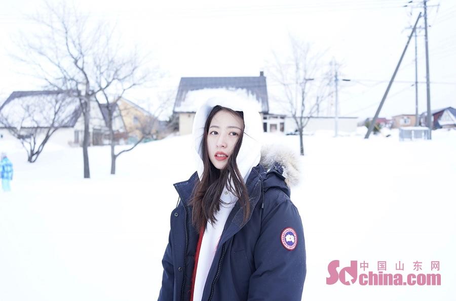 <br/>  近日,周雨彤在社交媒体晒出一组雪景自拍,并分享冬日雪景拍照小技巧。照片中周雨彤身穿深色毛领羽绒服,内搭白色帽衫,一身搭配休闲随性又保暖。在积雪如棉的街头时而堆雪人,时而在雪地里打滚儿,随性嗨玩释放童真。粉丝纷纷回复最关键的技巧得长的好看。<br/>