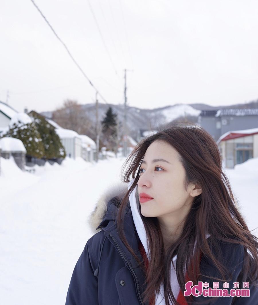<br/>  近日,周雨彤在社交媒体晒出一组雪景自拍,并分享冬日雪景拍照小技巧。照片中周雨彤身穿深色毛领羽绒服,内搭白色帽衫,一身搭配休闲随性又保暖。在积雪如棉的街头时而堆雪人,时而在雪地里打滚儿,随性嗨玩释放童真。粉丝纷纷回复最关键的技巧得长的好看。