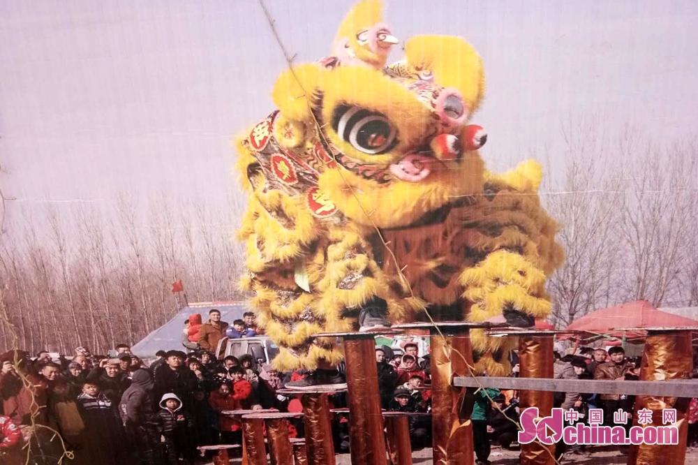<br/>  春节期间举行盛大的舞狮。