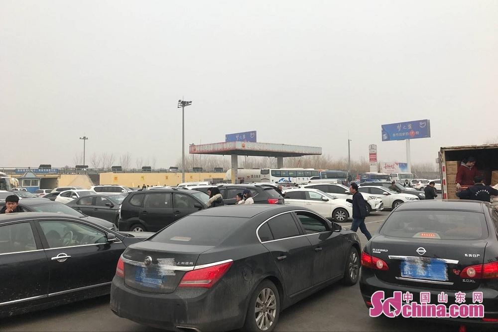 2月21日是农历正月初六,也是春节长假最后一天,随着返程人流、车流的骤增,在山东省各大高速休息区更是人满为患堪比赶大集。<br/>
