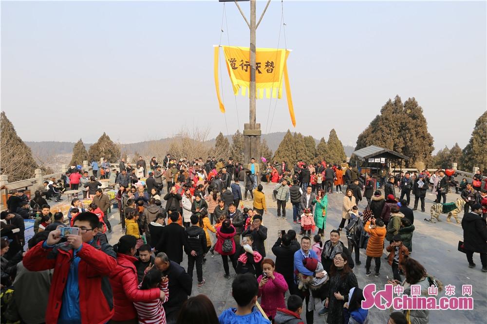<br/>  春节假日期间,天气晴好,气温回升,人们纷纷走出家门,登高祈福,迎接新年,尽情享受节日的喜庆氛围,梁山景区也迎来客流高峰。