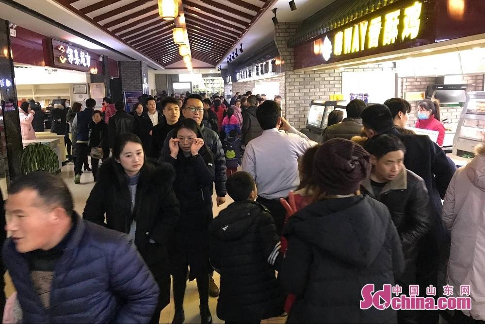中国山东网2月21日讯(记者 马文文)2月21日是农历正月初六,也是春节长假最后一天,随着返程人流、车流的骤增,在山东省各大高速休息区更是人满为患堪比赶大集。<br/>