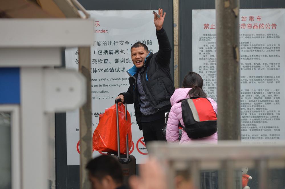 귀로에 오른 사람들은 기차역에서 친척과 친구와 작별을 고하고 있다.<br/>