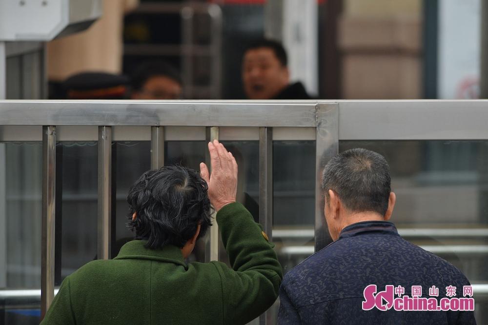 한 모친과 아이는 손을 흔들여 송별하고 있다.<br/>
