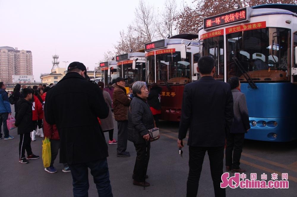 多くの市民は済南東駅観光客サービスセンターで待っていた。<br/>