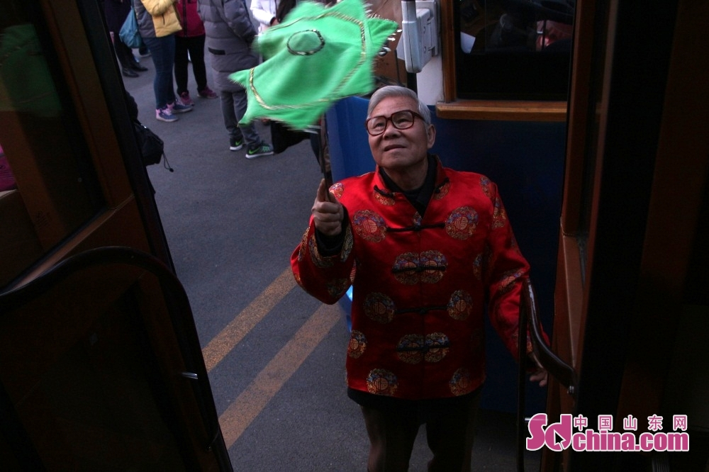 <br/><br/>  夜幕降临,济南老民俗艺人上车前,在车门边转手绢。<br/>