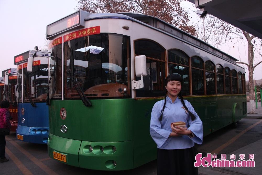 <br/><br/>  &amp;ldquo;一湖一环&amp;rdquo;夜景铛铛车外观分别为红黄绿紫蓝5种颜色,司机和乘务人员都穿着民国时期的学生装。<br/>