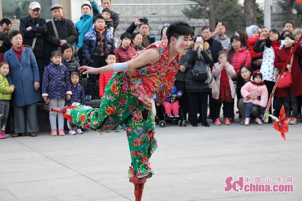 <br/>  踩高跷,是中国传统民俗活动之一。踩高跷俗称缚柴脚,亦称&amp;ldquo;高跷&amp;rdquo;、&amp;ldquo;踏高跷&amp;rdquo;、&amp;ldquo;扎高脚&amp;rdquo;、&amp;ldquo;走高腿&amp;rdquo;,是民间盛行的一种群众性技艺表演,多在一些民间节日里由舞蹈者脚上绑着长木跷进行表演。<br/>