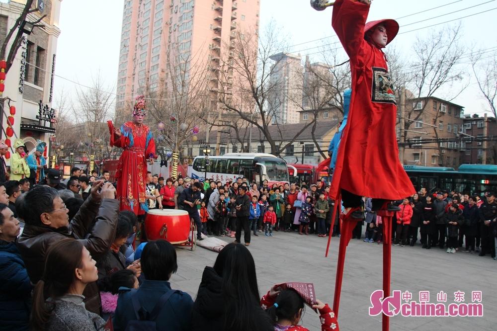<br/>  踩高跷俗称缚柴脚,亦称&amp;ldquo;高跷&amp;rdquo;、&amp;ldquo;踏高跷&amp;rdquo;、&amp;ldquo;扎高脚&amp;rdquo;、&amp;ldquo;走高腿&amp;rdquo;,是民间盛行的一种群众性技艺表演,多在一些民间节日里由舞蹈者脚上绑着长木跷进行表演。<br/>