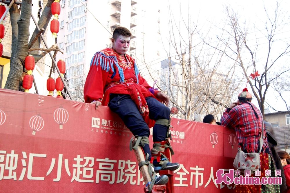 <br/>  表演者需坐在车上进行绑腿。