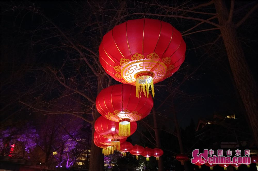 Photo taken on Feb. 24, 2018 shows a set of red lanterns during a lantern show at Baotu Spring scenic spot in Jinan, capital of Shandong Province. The lantern show will last up to March 7 to celebrate the upcoming Lantern Festival. (Sdchina.com/Zhang Yuanyuan)<br/>