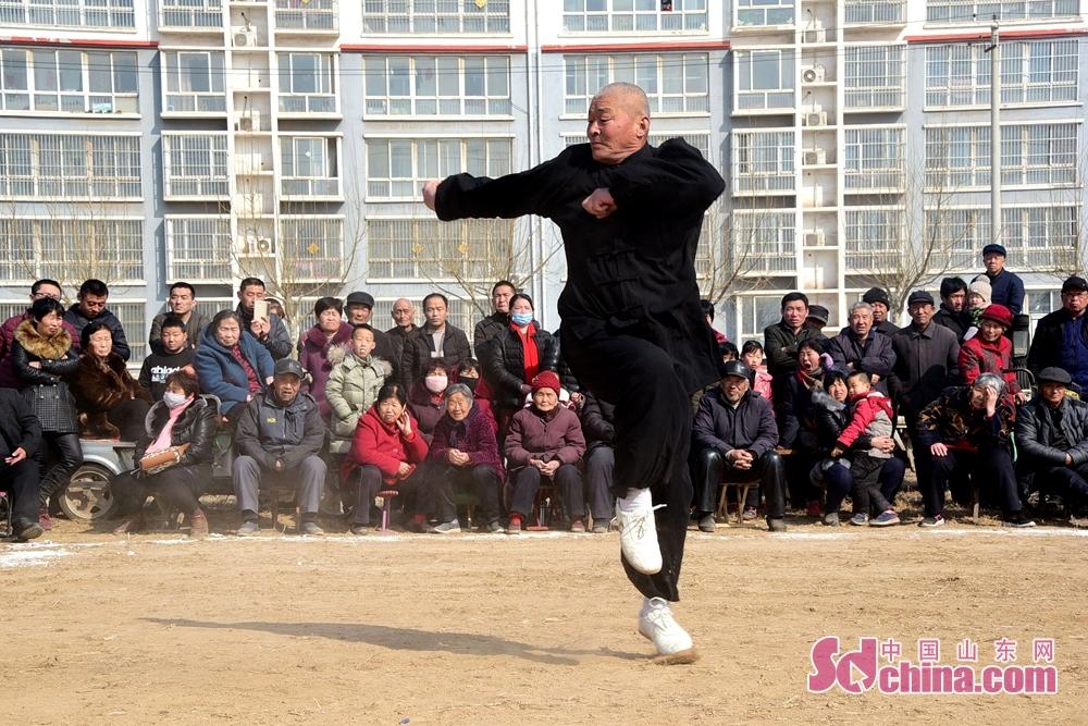 <br/>  2018年2月25日,在山东省东阿县姜楼镇陈店村社区,来自郓城、聊城、肥城、东昌府区、东阿等地的16支武术代表队300余人齐聚一堂,进行了传统武术展演,共庆2018年春节的到来。<br/>