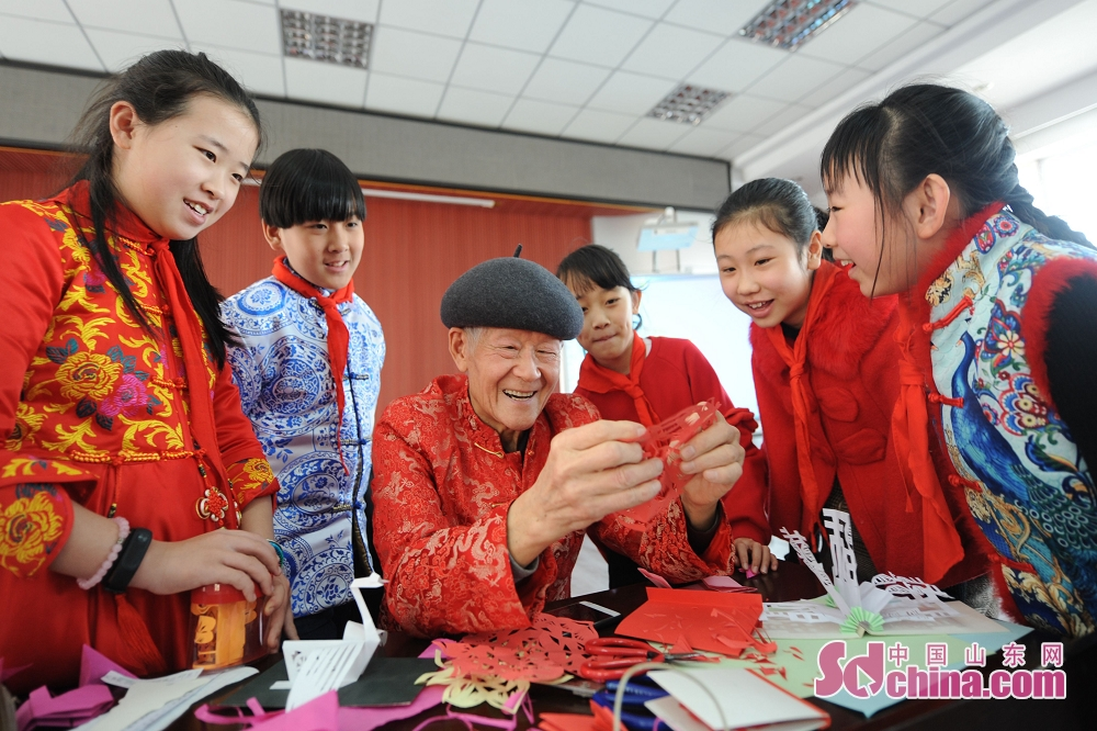 <br/>  学生们跟随剪纸艺人学习传统剪纸文化,喜迎元宵佳节。<br/>
