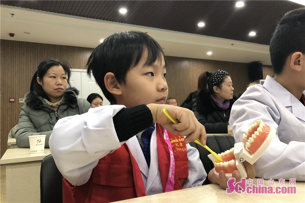 A little reporter of Sdchina.com learns how to brush teeth correctly in Qibei Dental Hospital of Qingdao, Shandong. (Sdchina.com/Wang Yuan)<br/>