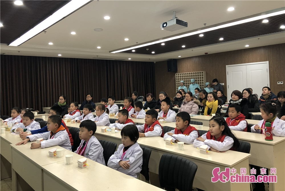 The little reporters of Sdchina.com learn dental knowledge in Qibei Dental Hospital of Qingdao, Shandong. (Sdchina.com/Wang Yuan)<br/>