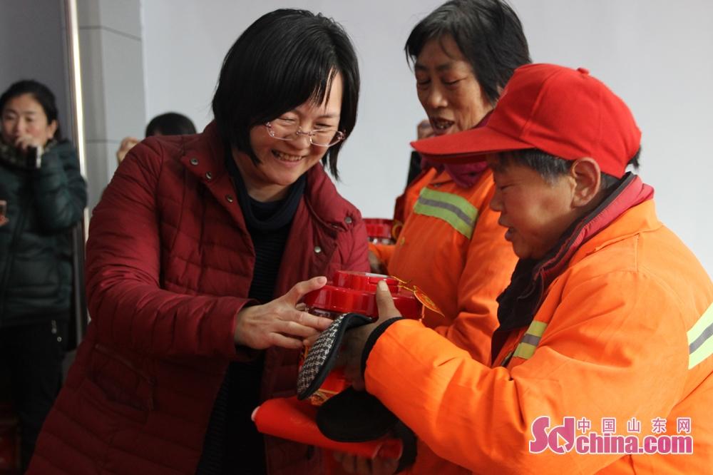 <br/>  潍坊市环卫处杨晓明科长表示,奋斗在一线的环卫工人确实不容易,感谢中国山东网和徐福记为环卫工们送来的温暖和新年祝福。同时,也希望社会各界人士对环卫工人们多一份理解和尊重。<br/>
