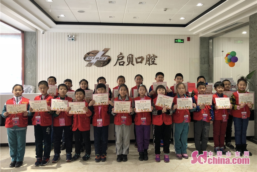 The little reporters of Sdchina.com pose for a group photo in Qibei Dental Hospital of Qingdao, Shandong. (Sdchina.com/Wang Yuan)