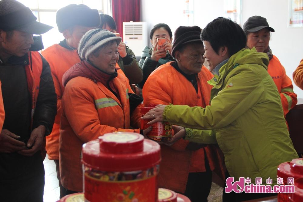 <br/>  活动中,徐福记工作人员还为环卫工人送上了他们精心准备的糖果礼盒,并给环卫工人送上美好的祝福,希望每个环卫工人都春节愉快,万事如意。<br/>