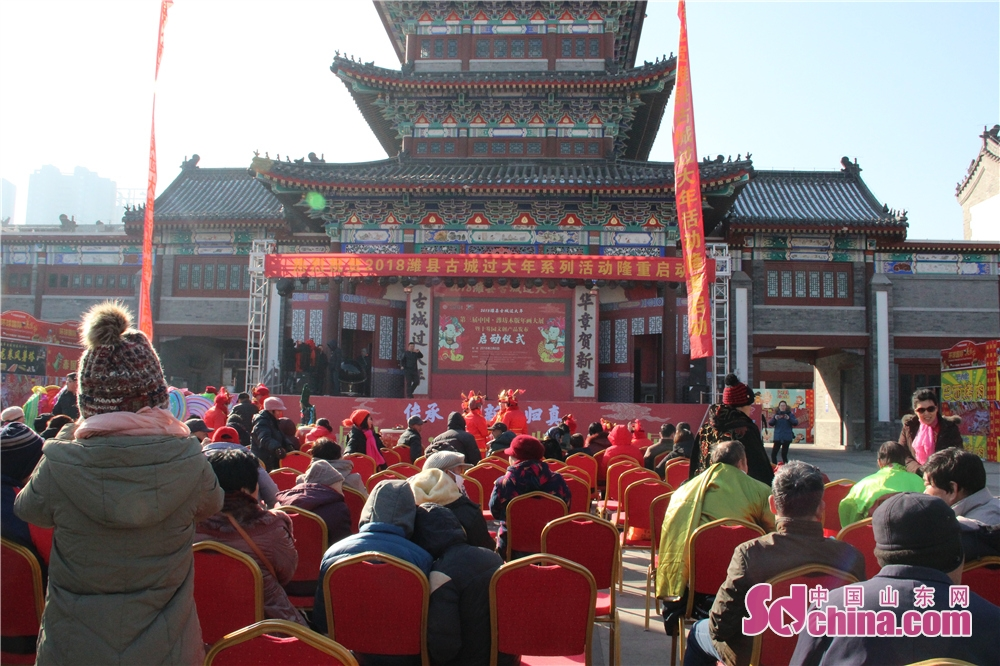 The crowd watches performance in Wei County of Weifang, Shandong Province on Feb. 6, 2018. The 3rd New Year Wood-block Prints Expo and opening ceremony of Shiwuyuan&amp;rsquo;s cultural and creative products in 2018 kicked off here. (Sdchina.com/Sun Xiaoru)<br/>