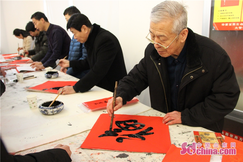 Calligraphers write Chinese character &amp;ldquo;Fu&amp;rdquo; (&amp;ldquo;Luck&amp;rdquo; in English) paper in Wei County of Weifang, Shandong Province on Feb. 6, 2018. The 3rd New Year Wood-block Prints Expo and opening ceremony of Shiwuyuan&amp;rsquo;s cultural and creative products in 2018 kicked off here. (Sdchina.com/Sun Xiaoru)<br/>