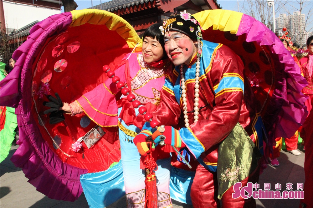 Two actors pose for a photo in Wei County of Weifang, Shandong Province on Feb. 6, 2018. The 3rd New Year Wood-block Prints Expo and opening ceremony of Shiwuyuan's cultural and creative products in 2018 kicked off here. (Sdchina.com/Sun Xiaoru)
