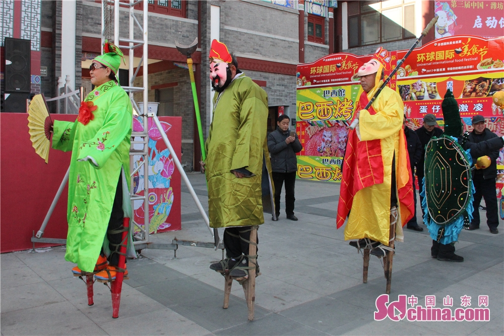 The stilt walkers wait backstage in Wei County of Weifang, Shandong Province on Feb. 6, 2018. The 3rd New Year Wood-block Prints Expo and opening ceremony of Shiwuyuan&amp;rsquo;s cultural and creative products in 2018 kicked off here. (Sdchina.com/Sun Xiaoru)<br/>