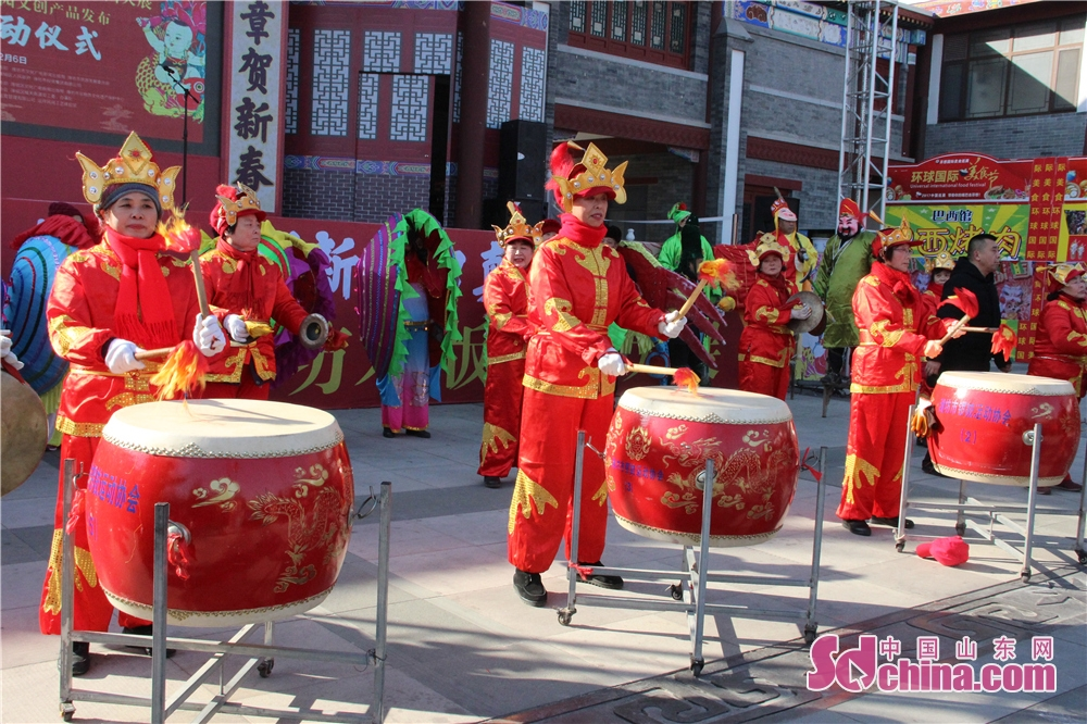 A folk art troupe performs in Wei County of Weifang, Shandong Province on Feb. 6, 2018. The 3rd New Year Wood-block Prints Expo and opening ceremony of Shiwuyuan&amp;rsquo;s cultural and creative products in 2018 kicked off here. (Sdchina.com/Sun Xiaoru)<br/>