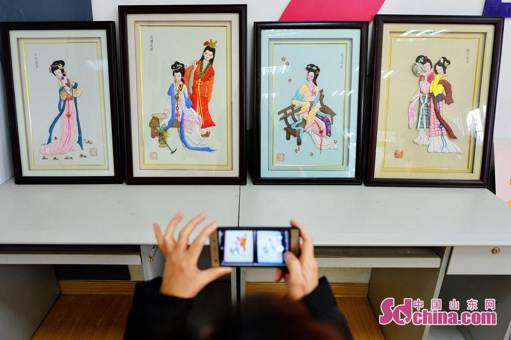 <br/>  2月8日,青岛辽源路街道的唐秀娟老人创作的《金陵十二钗》人物像。<br/>