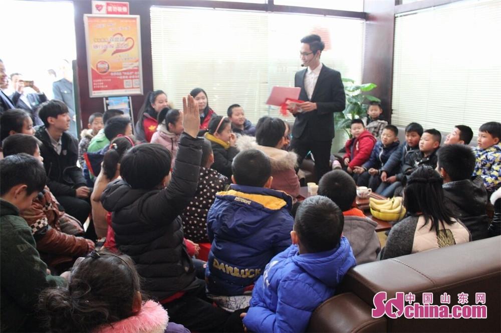 <br/>  在素质教育主题邮局内,大厅电视屏上滚动播放着中国邮政、课堂内外的形象展示片,很多办完业务的家长领着孩子来到该邮局专区书架旁,挑选适合孩子阅读的书籍。<br/>