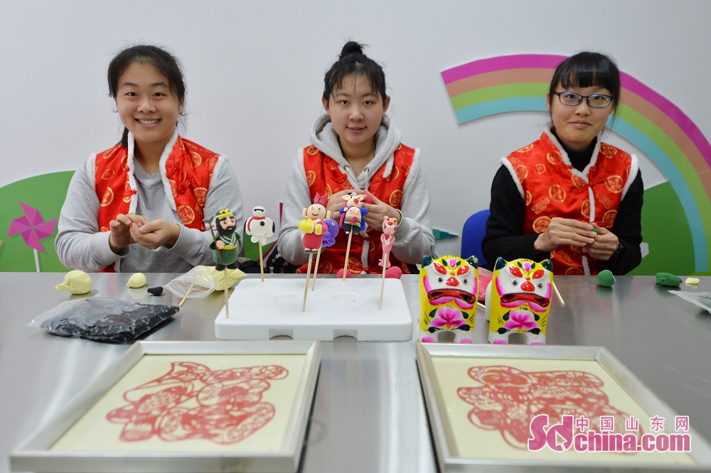 <br/>  2月8日,在青岛辽源路街道,3名面塑手艺人捏制狗年生肖吉祥物。