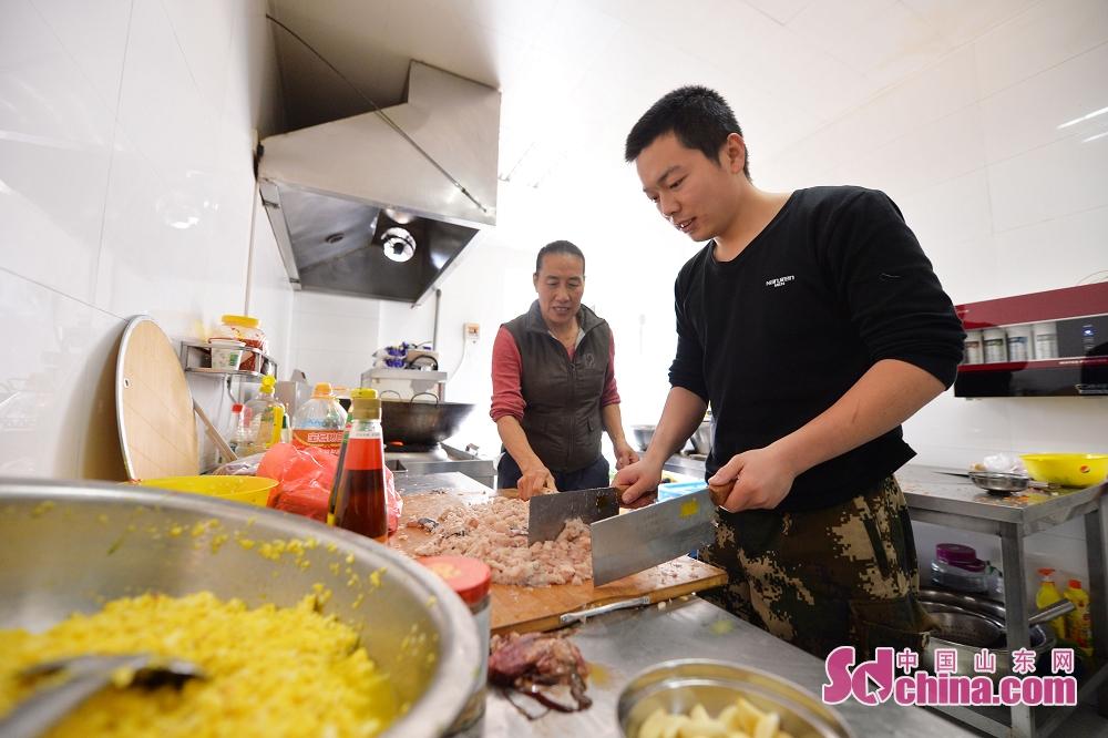 <br/>  2月8日,在青岛市错埠岭消防支队,志愿者为忙碌一线的消防官兵包饺子,共度小年。<br/>