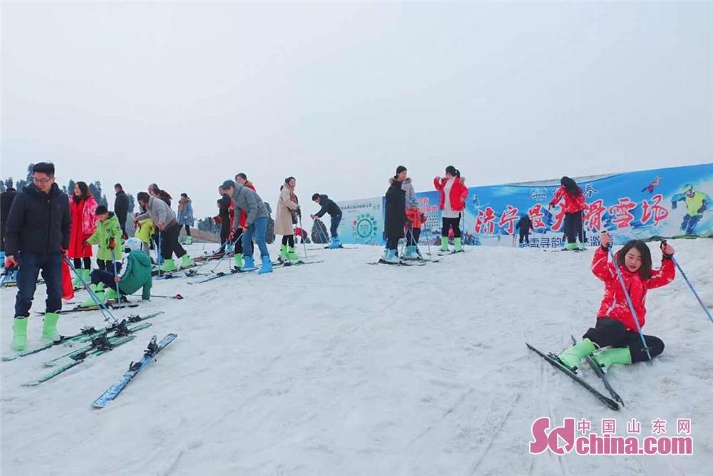 <br/>       欢欢喜喜闹花灯,冰天雪地滚元宵。绿鑫春滑雪场随着最近气温回暖,以其优质雪场迎来滑雪小高峰,畅滑体验将一直持续到正月十七,而且元宵节当天推出就餐就送元宵活动。爱滑雪、爱吃元宵的小伙伴要抓紧了。