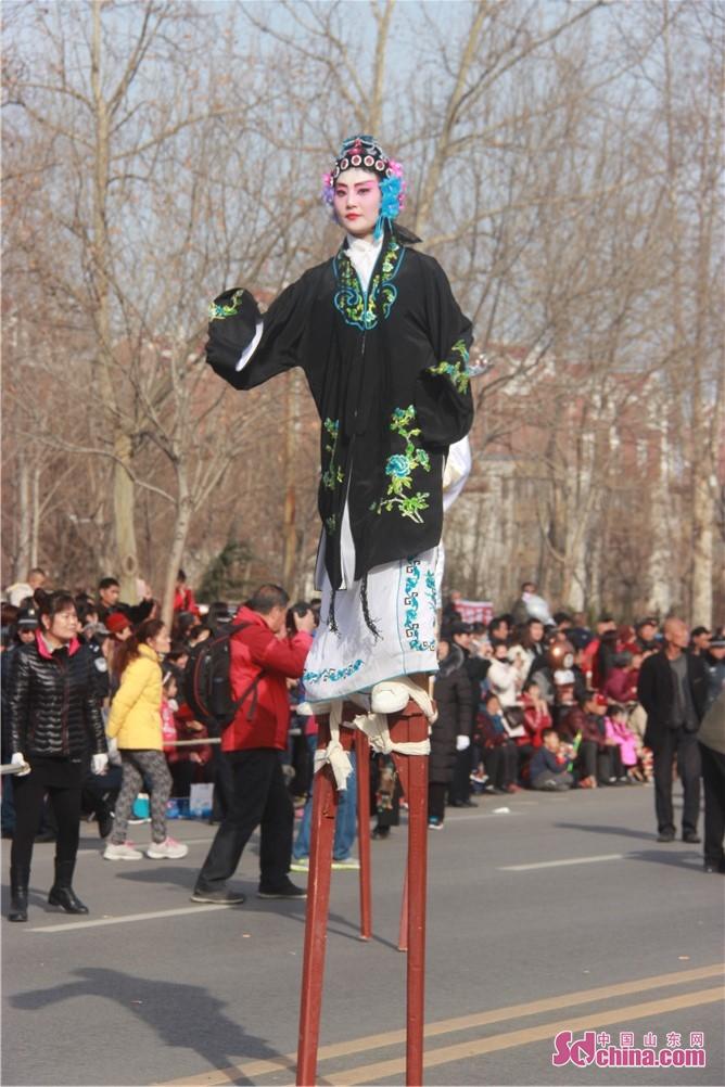 <br/>  踩高跷是民间盛行的一种群众性技艺表演。表演者不但以长木缚于足行走,还能跳跃和舞剑,高跷分高跷、中跷和跑跷三种,最高者一丈多。