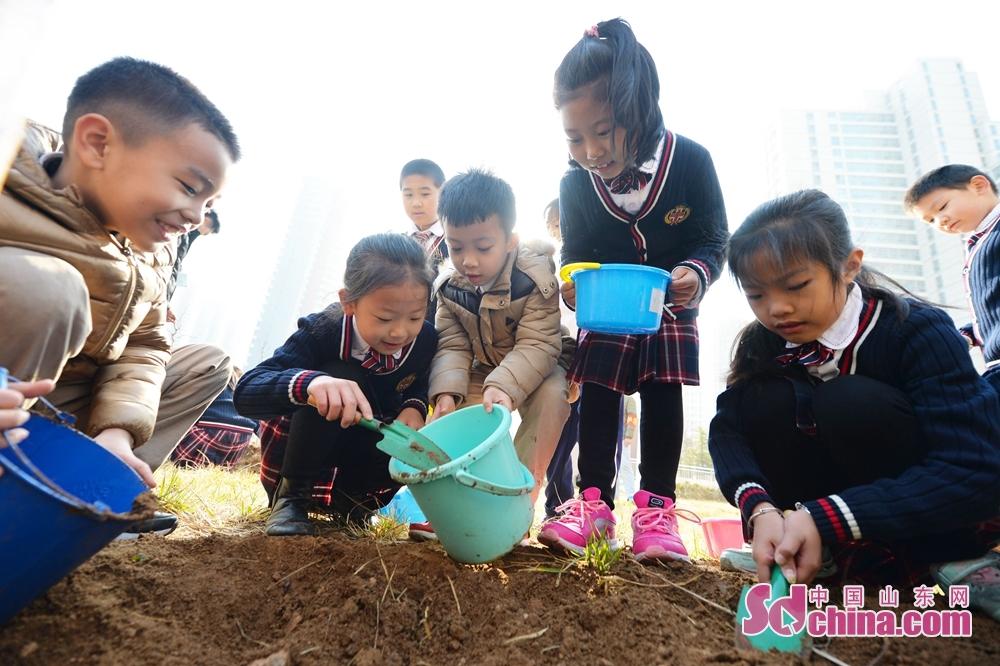 <br/>  2018年3月12日,青岛立新小学的孩子们为新植的班级树培土、浇水,陪伴小树共同成长。