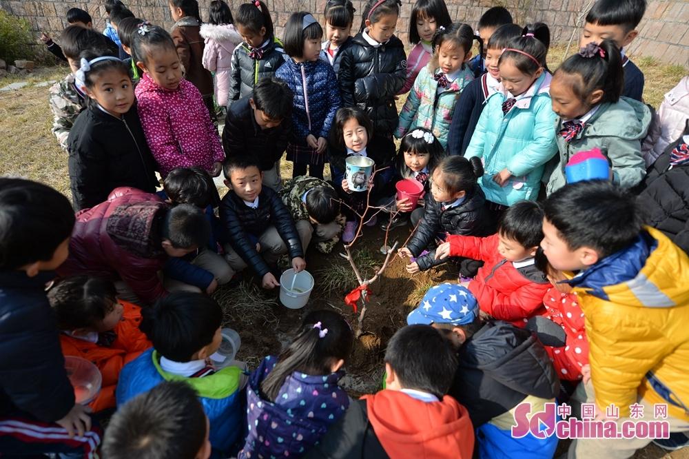 <br/>  2018年3月12日,植树节当天,青岛立新小学一年级的孩子们在&amp;ldquo;成长果园&amp;rdquo;内,种下班级树。<br/>