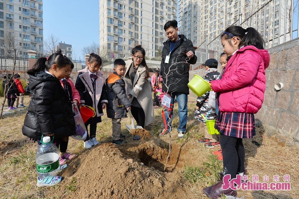 <br/>  2018年3月12日,青岛立新小学师生在植树节当天一起种植班级树。<br/>