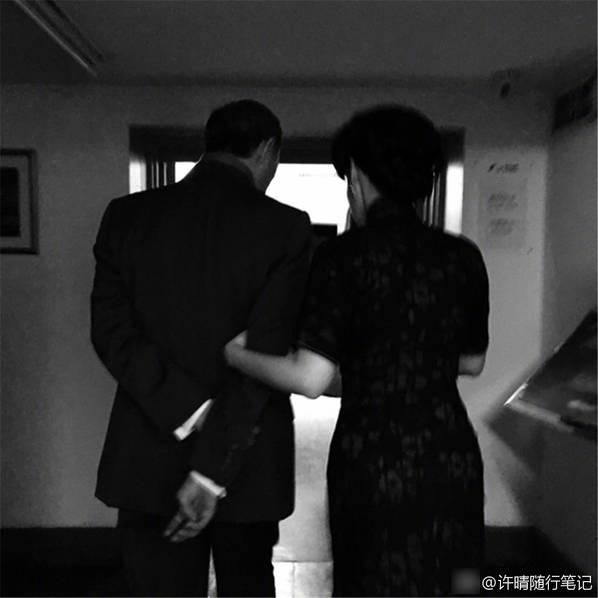 <br/>  3月18日下午,49岁许晴晒出自己与演员金士杰的多组合照,向粉丝安利两人主演的话剧。只见戏内有情感纠葛的许晴与金士杰,私下关系也非常好,两人互相搂腰很亲密。67岁金士杰是台湾剧场界国宝级人物,2009年低调迎娶了自己小25岁的学生涂谷苹,2011年喜获一对龙凤胎。