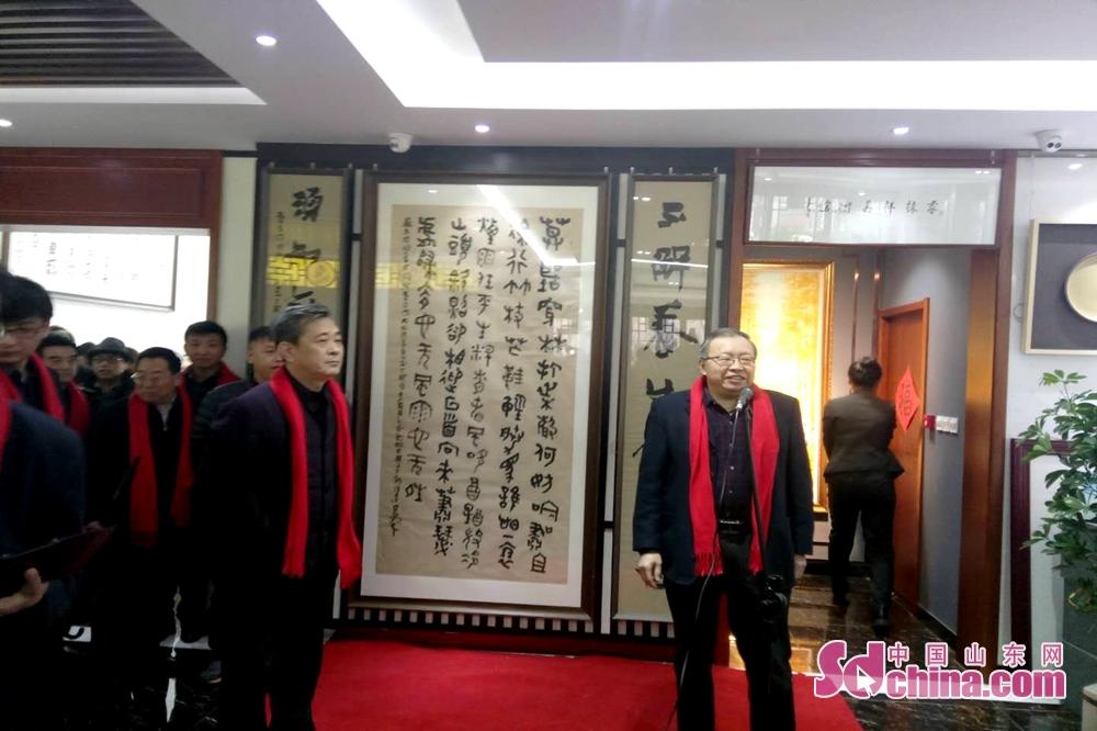 <br/>         济宁市文联主席周长征宣布活动开幕,济宁市书画界100多名专家、学者及书画爱好者出席活动,共赏乌峰戊戌新作。