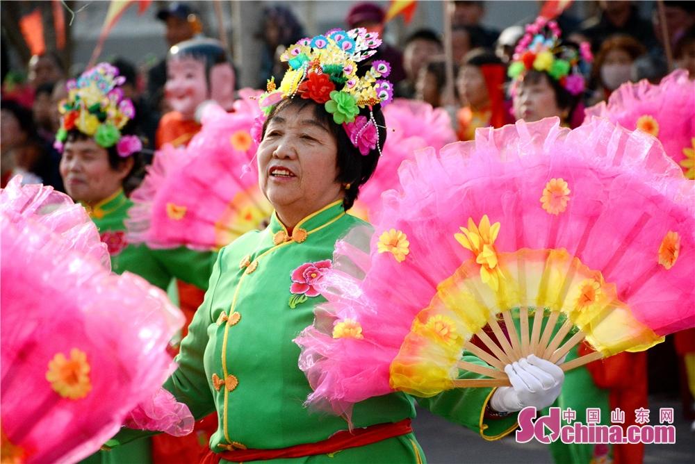 <br/>       节日的欢乐气氛洋溢在每一个人的脸上。