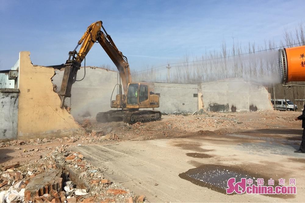 <br/>  拆临现场工作人员采用喷淋设备做到降尘效果。<br/>