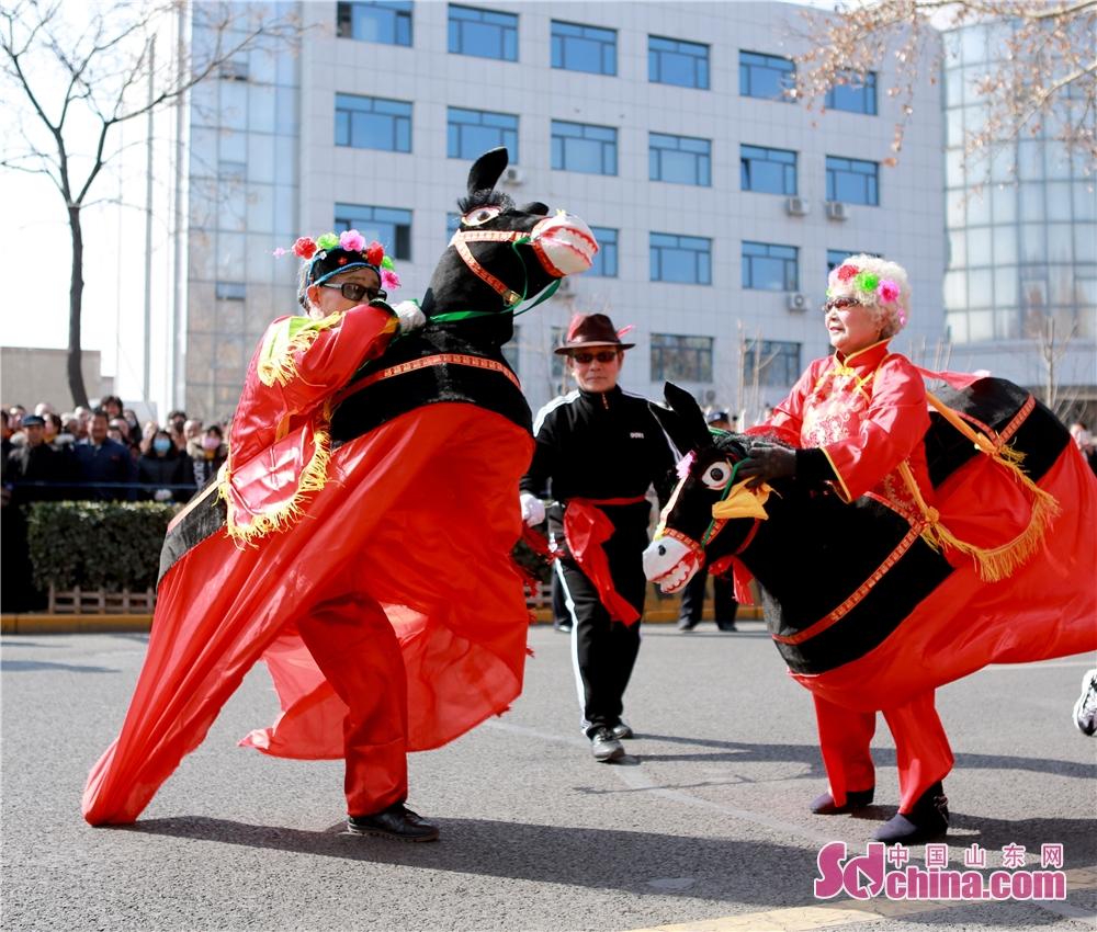 <br/>    记者了解到,扮玩活动中34个节目既有地方特色的磁村花鼓、苏王舞龙、西河芯子等,也有创新的旗袍秀、马术表演,展现了传统民间艺术的魅力和特色。