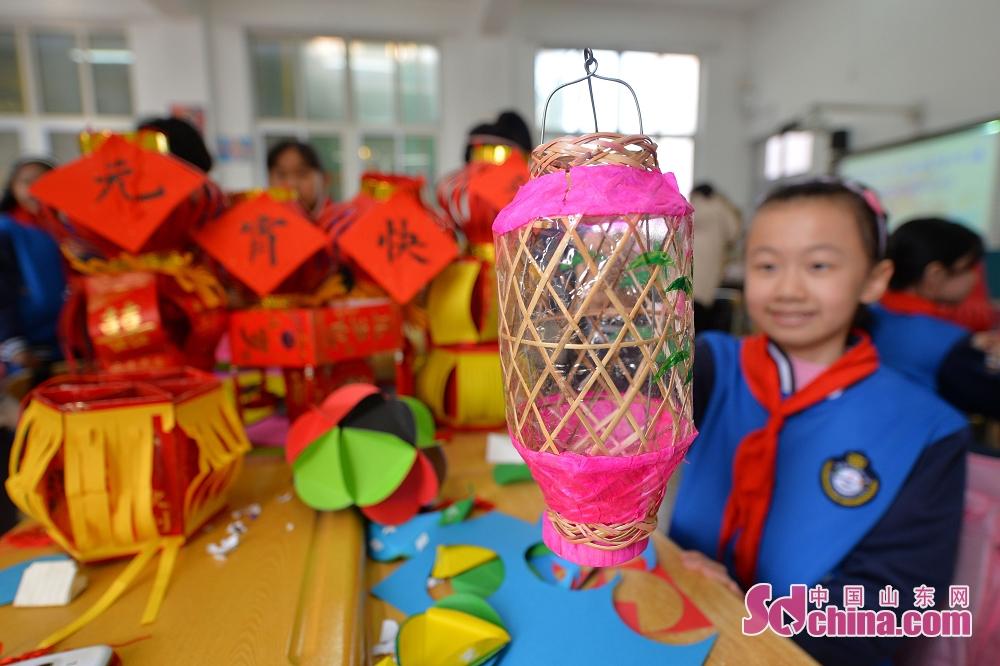 <br/>  学生展示使用废弃竹蓖制作的花灯。<br/>
