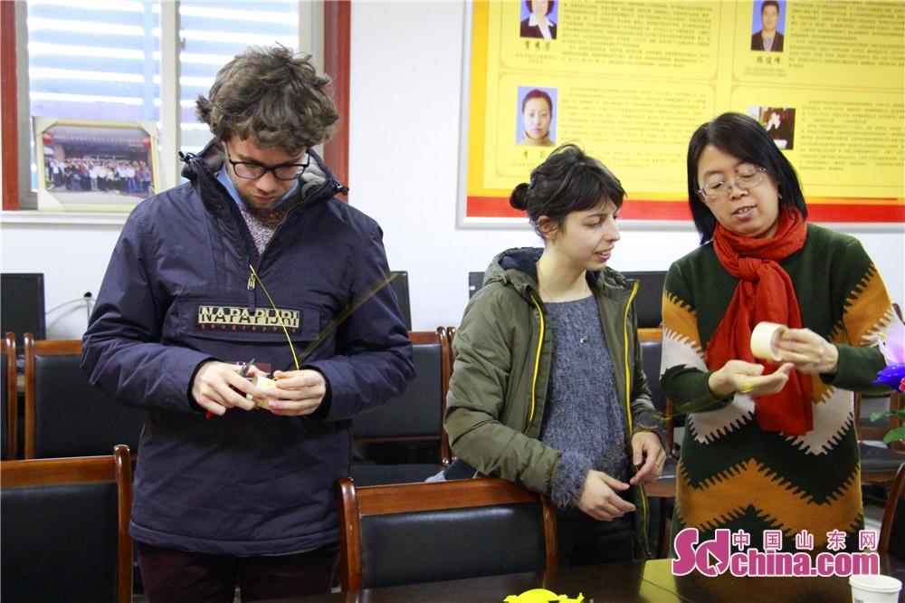<br/>  16日晚,来自意大利的两位国际友人跟随中国山东网&amp;ldquo;感知山东&amp;rdquo;外国友人体验活动来到了东营市文汇街道商隆社区,学习丝网花制作,体验&amp;ldquo;非遗&amp;rdquo;之花的魅力。<br/>