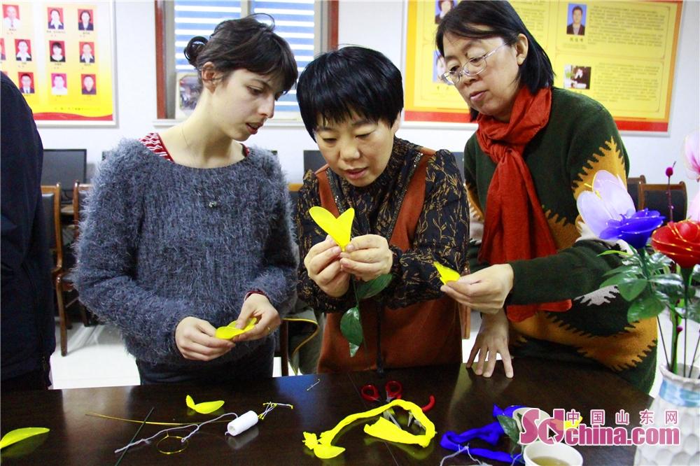 <br/>  在老师的指导下,Alice也慢慢熟悉了丝网花的制作工艺。<br/>