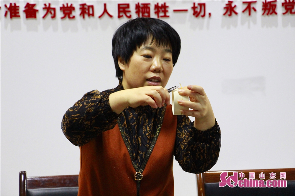 <br/>  商隆社区党委副书记王宇霞学习制作丝网花已经十几年了,工作之余,她经常鼓励身边的亲戚朋友去学习制作丝网花。<br/>