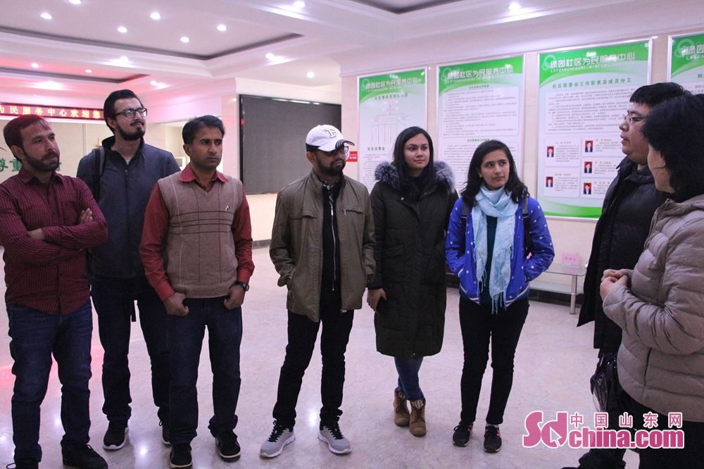 Foreigners listen to the introduction about the community construction. Recently, six foreigners, at the invitation of &amp;ldquo;Touch Shandong&amp;rdquo; column, went to Lyuyuan Community in Jinan to get a glimpse of Shandong&amp;rsquo;s cultural construction in community.<br/>