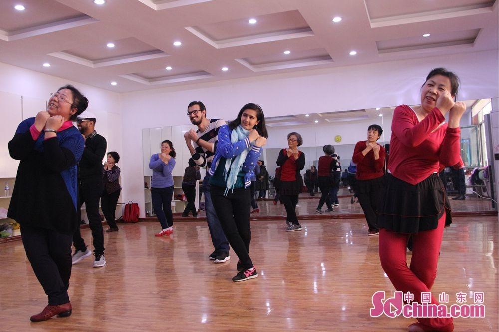 <br/>  看到前来参观的外国友人,舞蹈队领舞李悦琴和队员们热情地招呼他们一起跳舞。